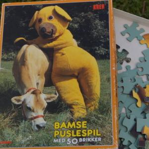 Bamse puslespil. Bamse besøger en ko. Klassisk og fint puslespil for børn.