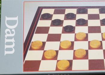 DAM spil fra jumbo – som nyt – Med træbrikker. Spillet er fra 80 erne.