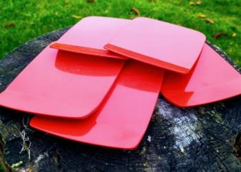 Røde Dinnerware Rosti smørebrædder – klassisk dansk design til morgenbordet.