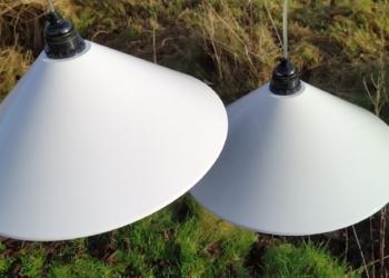 Komplet retro lampesæt til langbordet. 2 STK store smukke HORN 714 pendler i vintage stand. 37 cm. Sætpris.