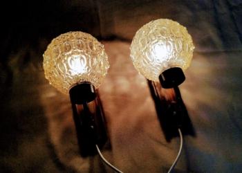 Væglamper i teak med røgfarvet glaskupler til stuen. 2 stk. eksklusive lampetter samlet. Nye hvide ledninger monteret.