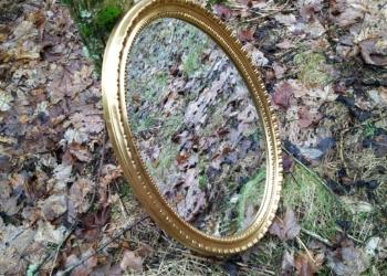 Smukt stort ovalt faconslebet spejl i guld. Vintage.