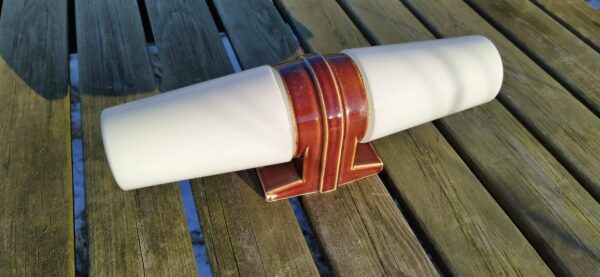 Retro badeværelseslampe i brun keramik med hvid glas. IFØ