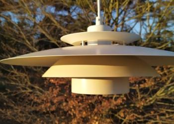 Smuk flødehvid dansk design lampe til spisebordet. Danish light Model: Gitte