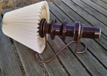 Unika stor keramik væglampe fra 70 erne. Brun glasering. Perfekt stand incl. skærm.