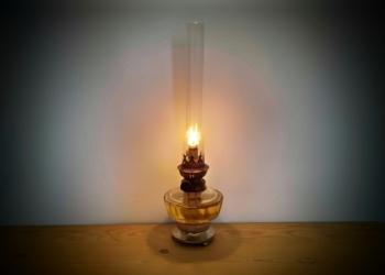 Smuk antik velfungerende petroleumslampe. 37 cm høj