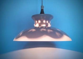 Unika Holmegaard upcycled. Smuk stor pendel på 30 cm i diameter med speciallavede lyssætning. Opalglas.