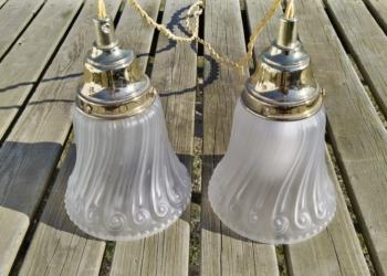 Sæt med to smukke matte glaspendler med guld ledning. Sæt pris.