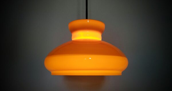 Stor smuk orange karamel farvet Holmegaard upcycled glas pendel. 27 cm
