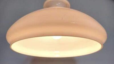 Stor Holmegaard upcycled opalglas pendel. 30 cm.