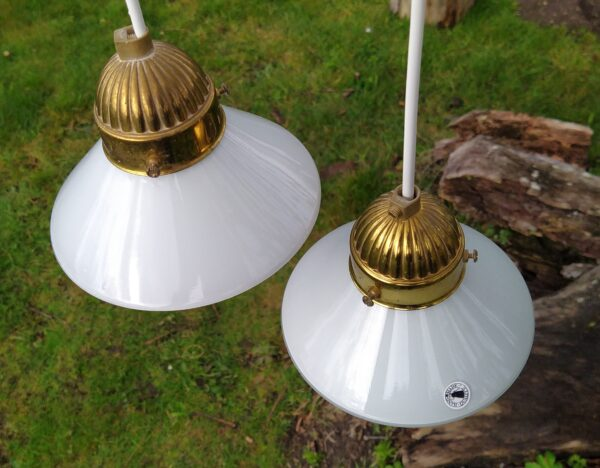 2 smukke opalglas pendler. 15 cm i diameter. Klargjort med nye ledninger m.m.
