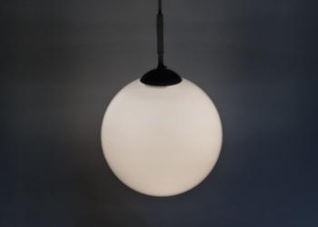 Stor retro glaskuppel lampe i opalglas. 25 cm.