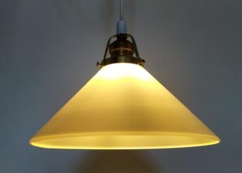 Smuk skomagerpendel i opalglas med messing fatning og ophæng og ny ledning m.m. 25 cm
