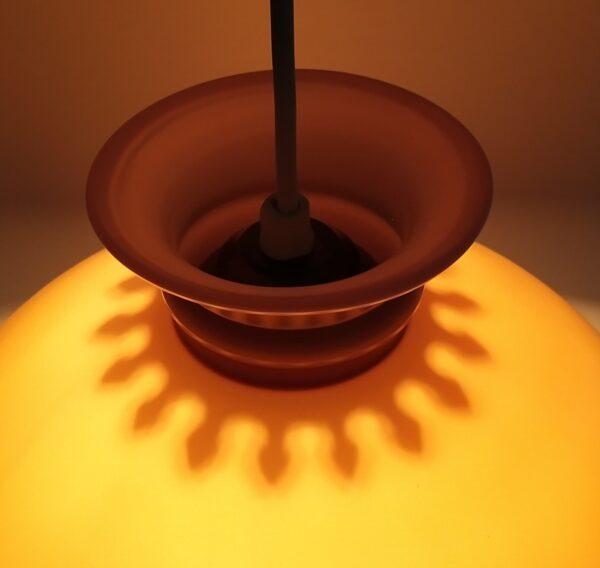 Mørk sandfarvet Holmegaard upcycled glaspendel. Smuk pendel til stuen. 26 cm