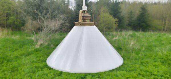 Skomagerlampe på 24,5 cm med høj vinkel. Opalglas og original messing fatning