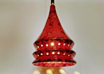 Stor keramik pendel i mørkerød glasur fra Axella. Model AX10 fra 70 erne. Nyt el og ophæng. 30 cm høj.