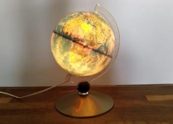 Smuk lille globus fra 90 erne. 20 cm i diameter og 30 cm høj