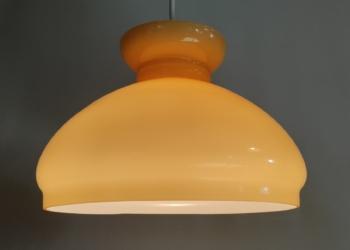 Sandfarvet Holmegaard upcycled pendel. 23 cm i diameter