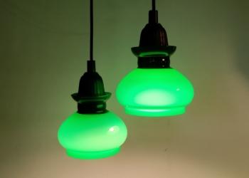 Sæt med 2 unika Holmegaard upcycled pendler i grøn. Samlet pris. Nyt el. 13 cm i diameter