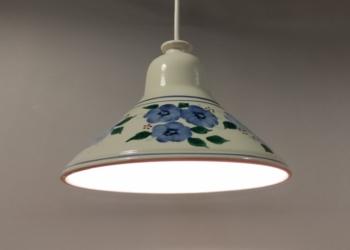 Smuk keramik pendel med lyseblå blomster 24,5 cm med nyt el.