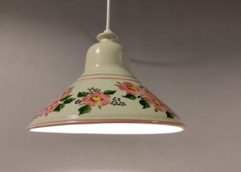 Smuk keramik pendel. Hvid glaseret med lyserøde blomster. Nyt el. 24,5 cm.