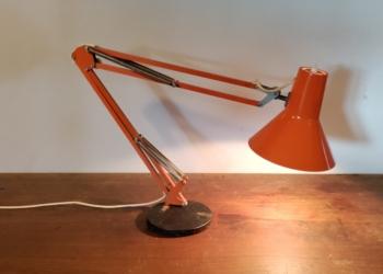 Orange dansk design arkitektlampe på fod. LB Lyskær No.Cb