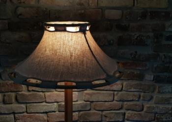Svensk design standerlampe fra 1970. Formspændt bøg og lærred. Anna Ehrner design for Atelje lyktan.
