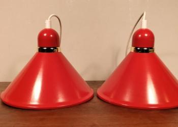Unika sæt med 2 vovede 80 er køkken pendler i postkasse rød og guld. 25 cm i diameter. Nyt el. Sætpris.