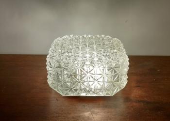 Smuk plafond med diamant mønster i det hvide glas. 20 cm i diameter.